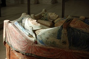 Gisant couché d'Aliénor près d'Henri II entrain de lire un psautier